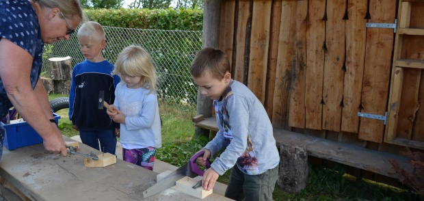 Børn i Herslev Børnehave i værkstedet