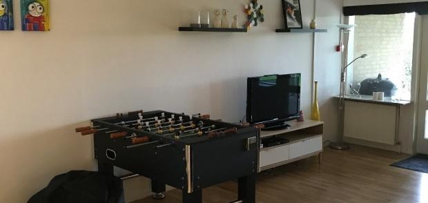 Billede af tv og bordfodboldspil i fællesrum på NOVA