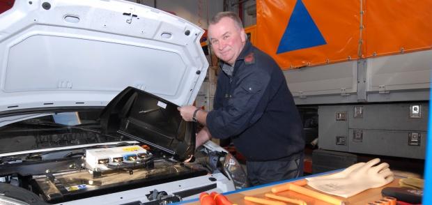 automekaniker er i gang med at reparere bil