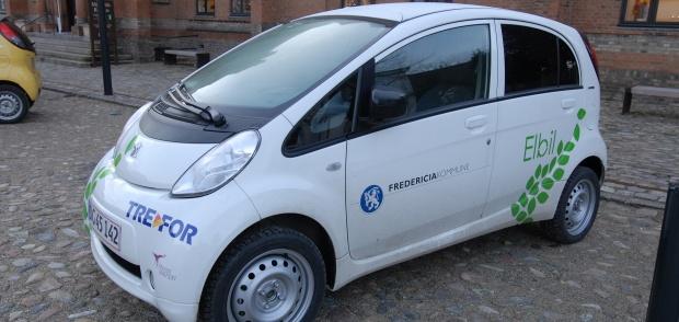 billede af en elbil med kommunens logo