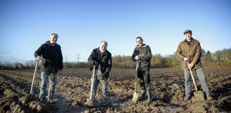 Foto: Frank Cilius: Rækkefølgen fra venstre er: Kim Nielsen fra Growing Trees Network, Karsten Enggaard fra DN, Christian Bro og så Thorbjørn Søndergaard fra Taulov Fællesråd længst ude til højre