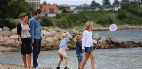 Familie går tur ved Østerstrand i Fredericia