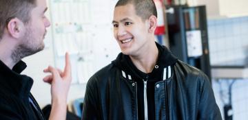 smilende ung mand i jobsamtale situation